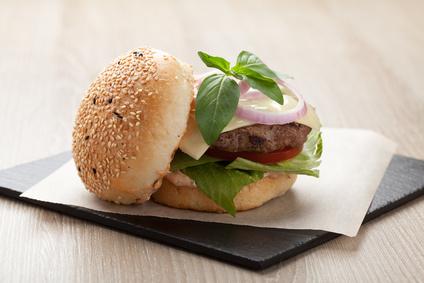 Hovězí burger s chutí kuřecích jater a bazalky