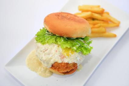 Kuřecí burger s domácí sýrovou omáčkou